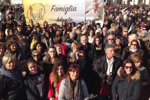 Representantes de la Familia Idente de Italia en la Plaza de San Pedro, el 6-12-2014
