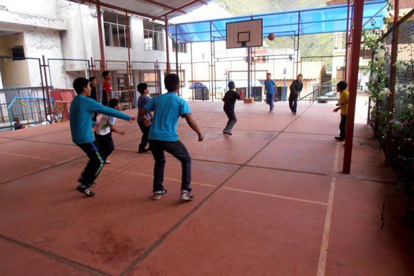 Los niños del Hogar en su momento de deportes en las canchas del mismo centro