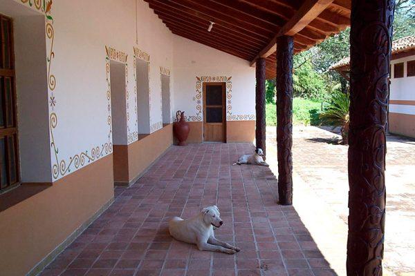 La galería de entrada de uno de los edificios