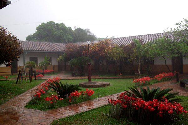 Vista de una de las zonas de la Ciudad Monástica un día de lluvia